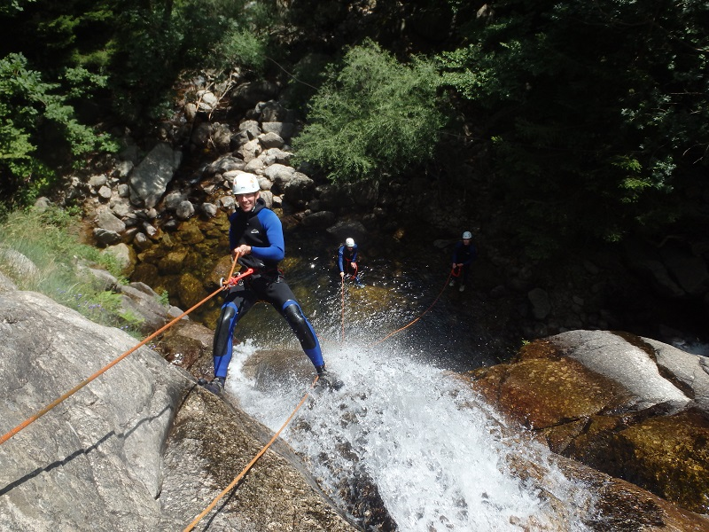 Canyoning dans le Caroux avec des descentes en rappel, dans l'Hérault près de Montpellier
