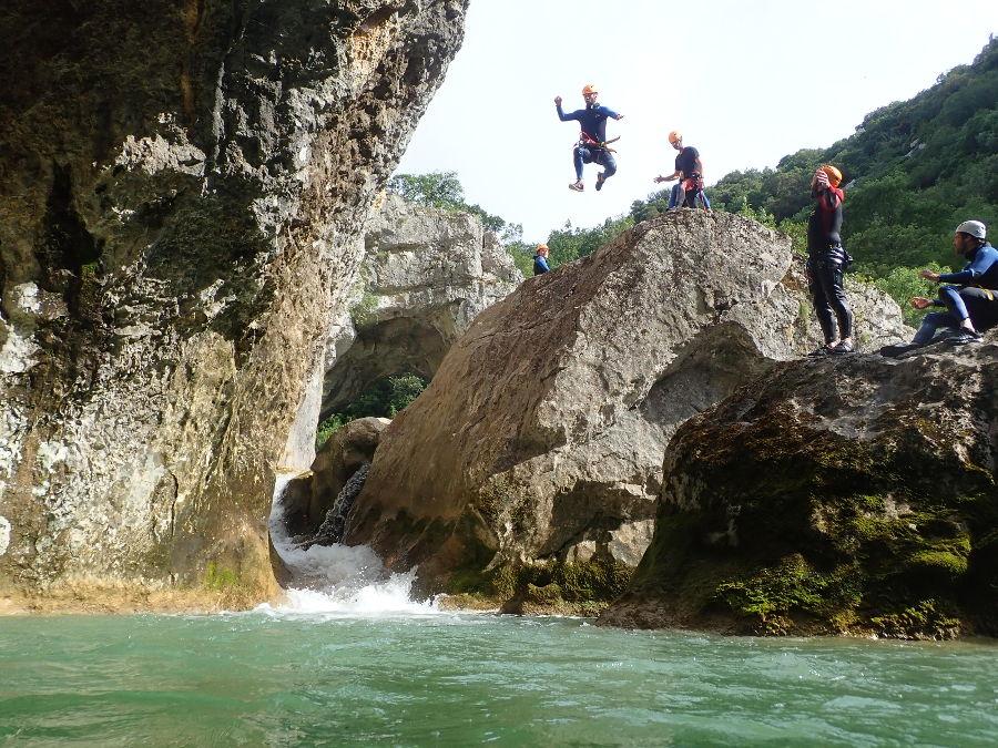 Saut En Canyoning Près De Montpellier, Au Ravin Des Arcs Dans L'Hérault