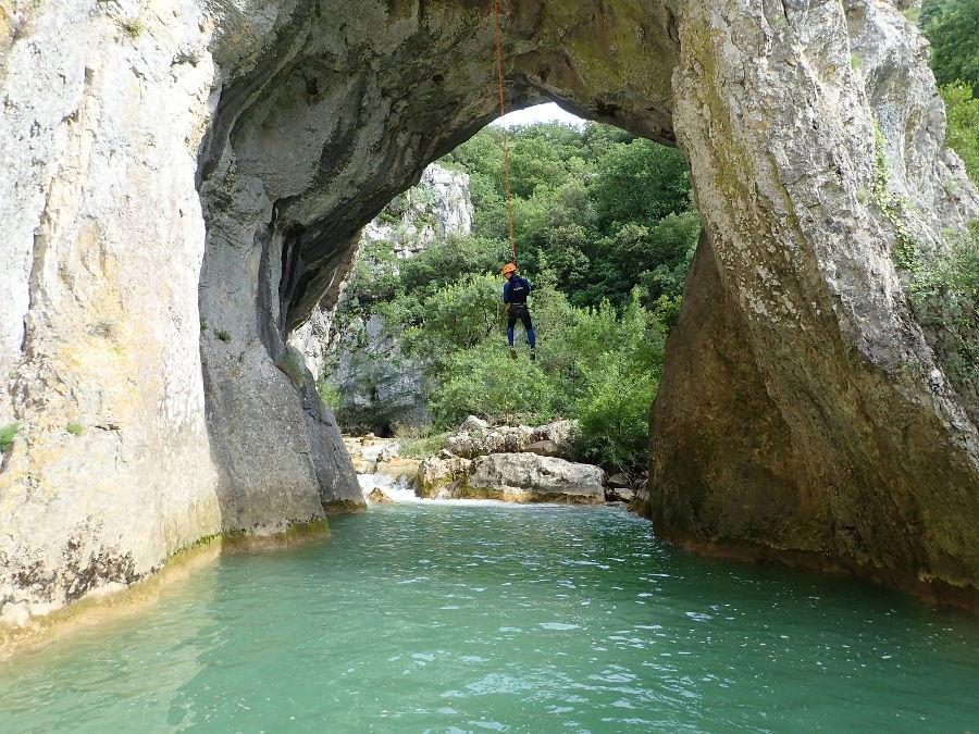 Canyoning Et Rappel Dans La Randonnée Du Ravin Des Arcs, Près De Montpellier Dans L'Hérault En Occitanie