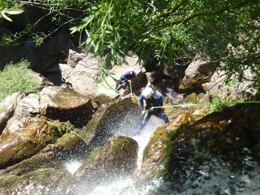 Descente En Rappel Dans Le Canyon Des Cascades D'Orgon Près De Montpellier, Dans Le Gard Avec Entre2nature