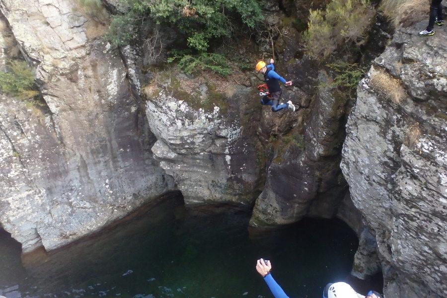 Saut En Canyoning Dans Le Ruisseau D'Albès Près De Montpellier Dans Le Caroux