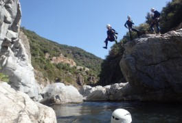 Randonnée Aquatique Et Saut En Tout Genre Dans Le Gardon En Cévennes. Canyon Initiation Et Découverte Pour Toute La Famille Dans L'Hérault Et Le Gard En Languedoc-Roussillon.
