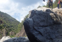 Saut Et Randonnée Aquatique Pour Du Canyoning Dans Les Cévennes, Tout Près De St-Jean Du Gard, Dans La Rivière Du Gardon. Sports De Pleine Nature Près De Montpellier En Languedoc-Roussillon.