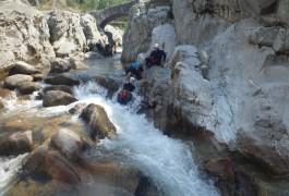 Canyoning Découverte Pour Une Initiation à La Randonnée Aquatique Dans Les Cévennes Et Le Gard. Canyon Du Soucy Près D'Anduze, Avec Les Moniteurs D'entre2nature Basé à Montpellier En Languedoc.