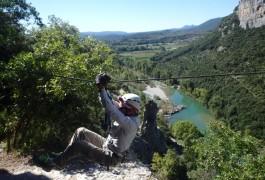 Tyrolienne De La Via-ferrata Du Thaurac En Languedoc-Roussillon Près De Montpellier. Moniteurs Professionnels De L'escalade Et Du Canyon