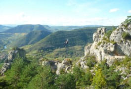 Tyrolienne Géante Dans La Via-ferrata Du Liaucous, Avec Entre 2 Nature, Basé à Montpellier Dans L'Hérault En Languedoc-Roussillon