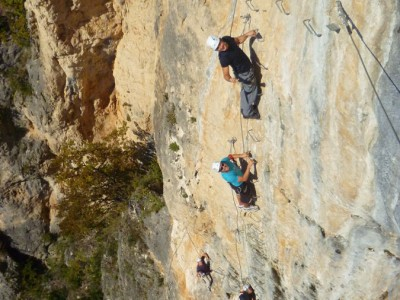 Via ferrata près de Montpellier dans l'Hérault et le Gard en Languedoc-Roussillon. Activités de pleine nature avec les moniteurs d' entre 2 nature. Tyrolienne et rappels extrêmes.
