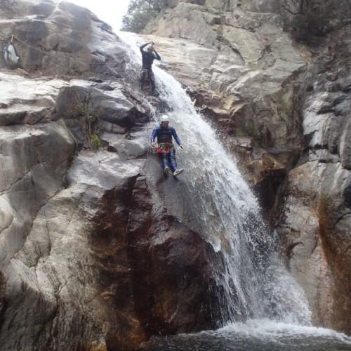 Toboggan Dans Le Canyon Du Rec Grand Au Caroux. Activités Aquatique Et Ludique Dans L'Hérault, Avec Les Moniteurs D' Entre 2 Nature Pour Une Découverte De Sensations Fortes