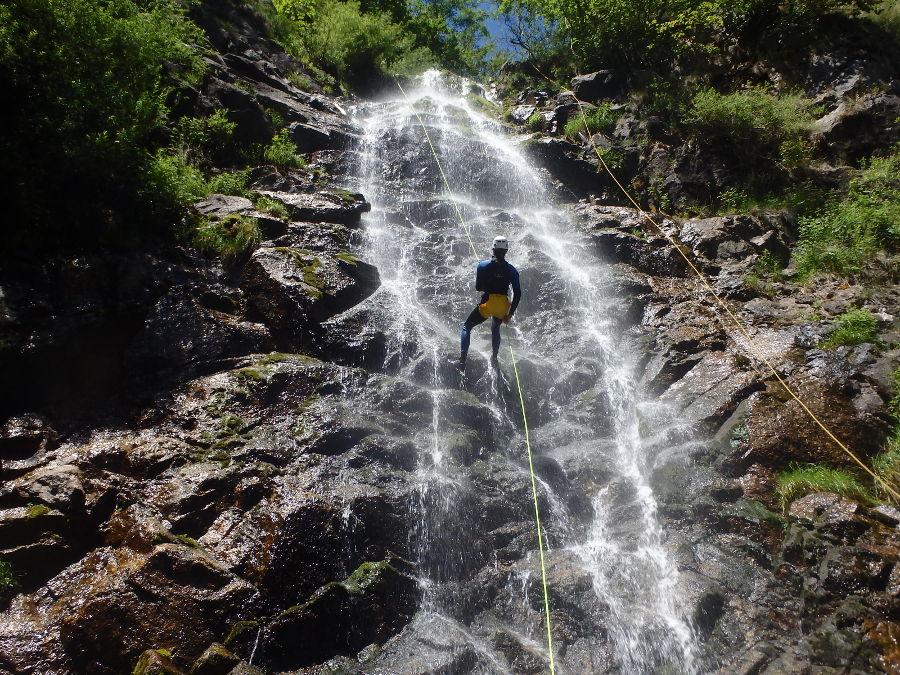 Canyoning en Cévennes dans le Gard et l'Hérault, près de Montpellier et du Vigan avec les moniteurs d'entre 2 nature