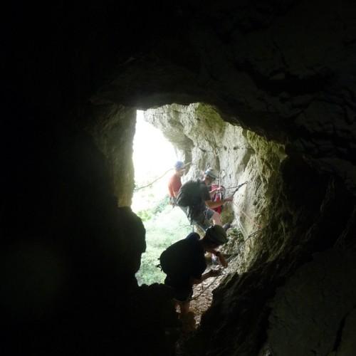 Grotte Dans Le Pic Saint-loup Pour Une Belle Randonnée