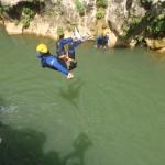 Salto En Canyoning Dans Les Gorges De L'Hérault Près Du Pont Du Diable à Saint-Guilhem Le Désert
